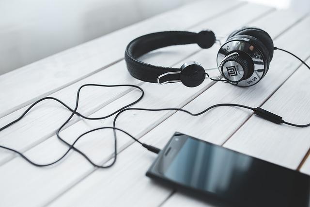 headphones-791077_640